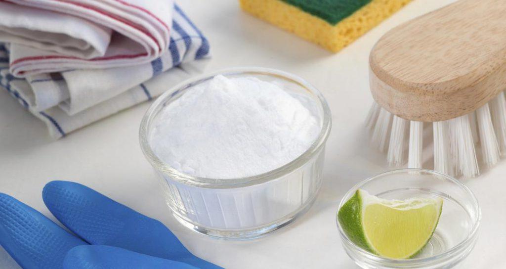 Выводим пятна содой перед стиркой в стиральной машинке или тазике