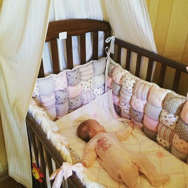 Как стирать мягкие бортики для детской кроватки
