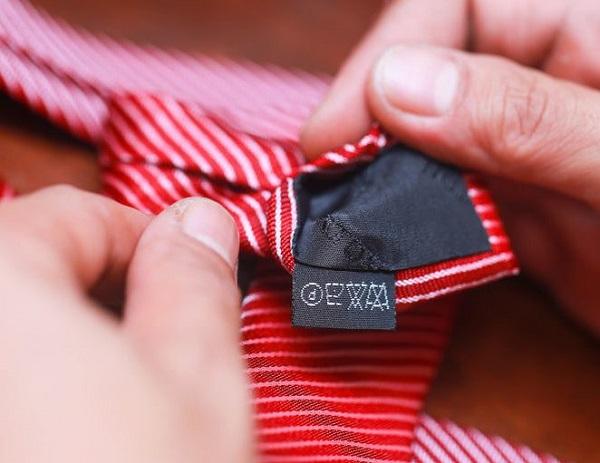 стирать галстук