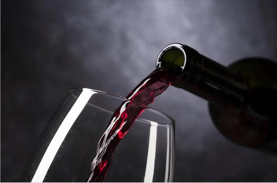 Как отстирать красное вино солью
